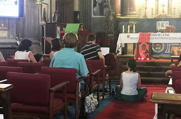 Preparando una actuación en la iglesia